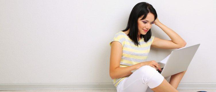 vrouw aan het internetdaten