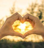 houden van handen in de vorm van hartjes