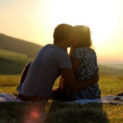 Vrouw blijkt af te knappen op slechte kus bij eerste date.